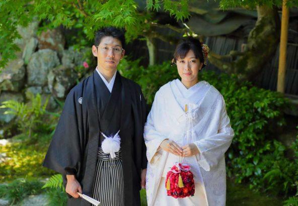 新緑をバックに和装婚礼写真