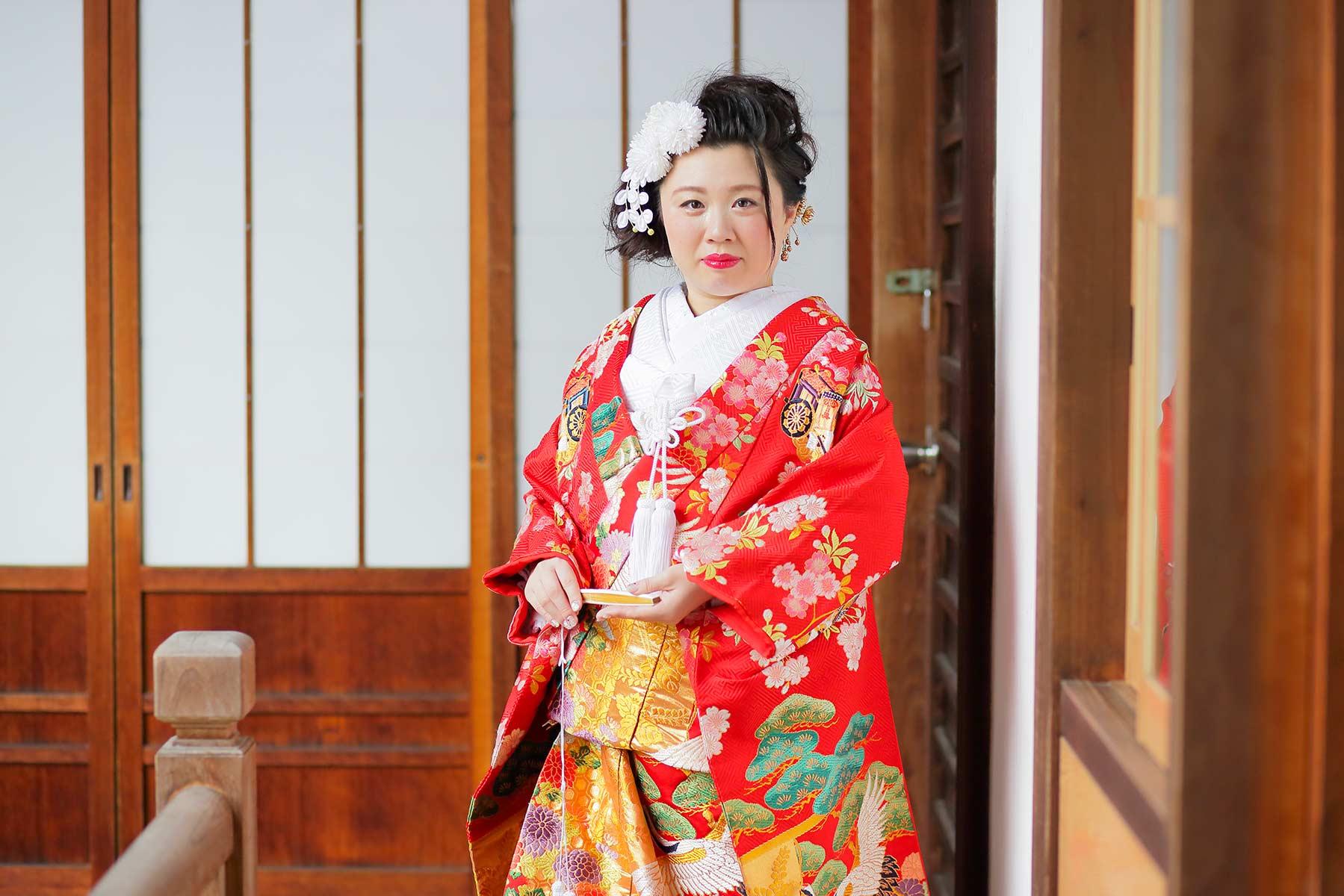 お寺の境内での花嫁様のバストアップお写真