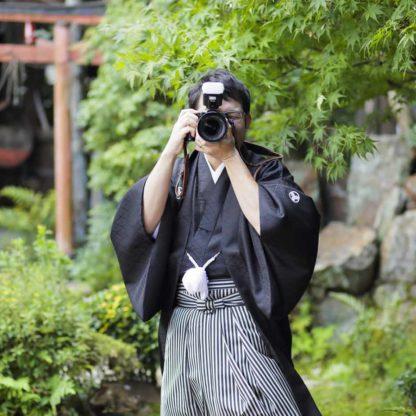 カメラをかまえる和装の新郎様