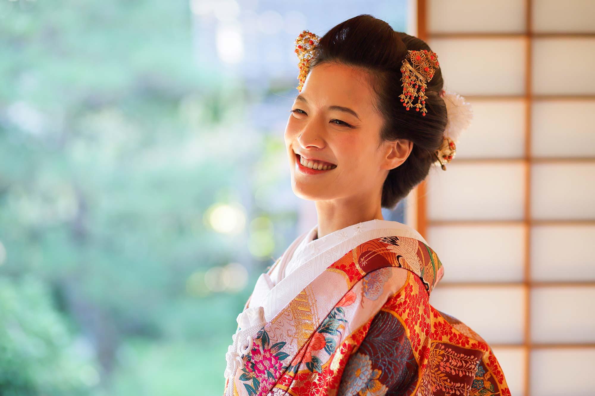 お茶室での花嫁様の笑顔のお写真