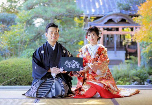 お寺のお庭での正座のお写真