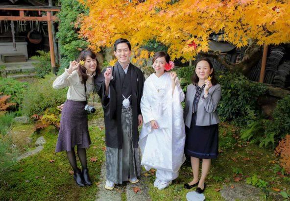 紅葉をバックに家族で結婚写真