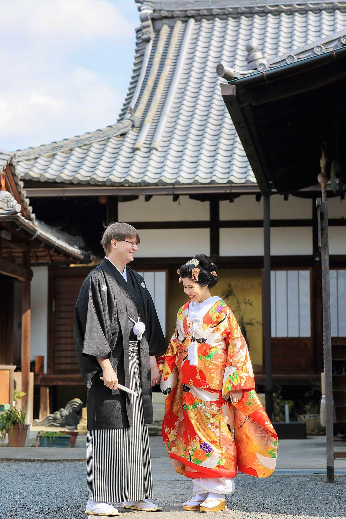 京都のお寺で結婚記念写真を撮影する外国人のカップル