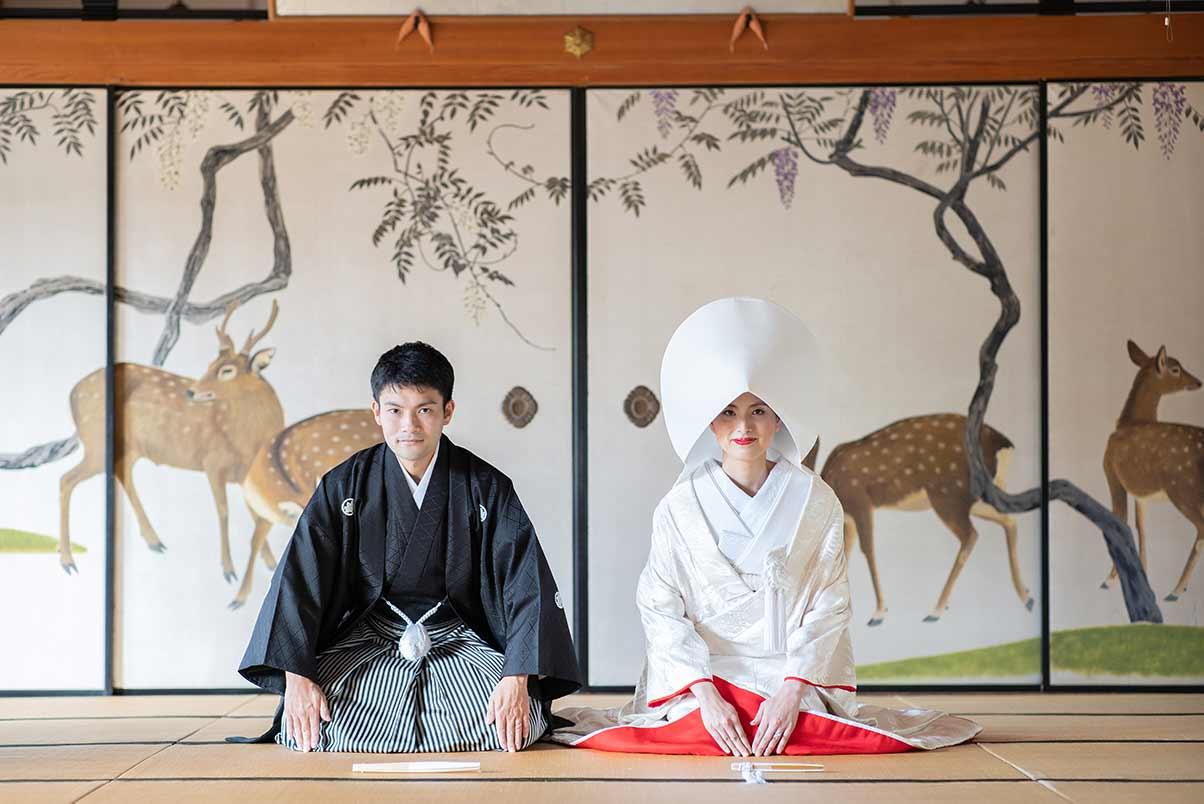 和室の襖絵をバックにした結婚写真