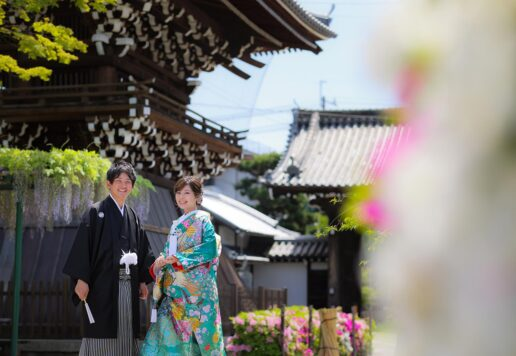 境内にて。藤とツツジを背景に結婚記念写真