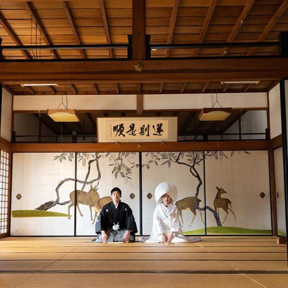 京都妙蓮寺様での襖絵前での特別な結婚写真