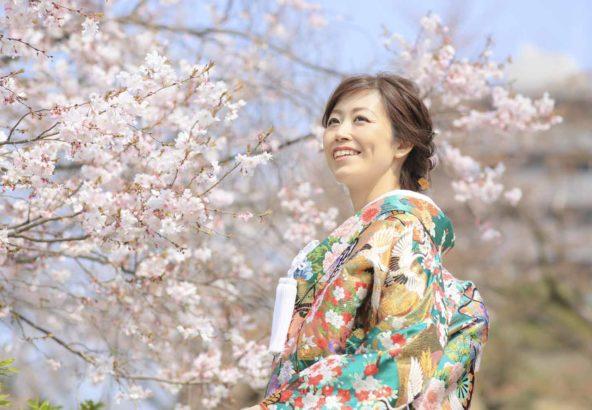お寺の境内での桜との和装前撮り写真