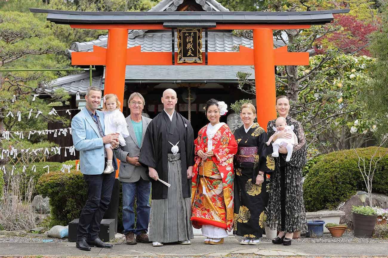 鳥居前での国際結婚ご家族様の集合写真