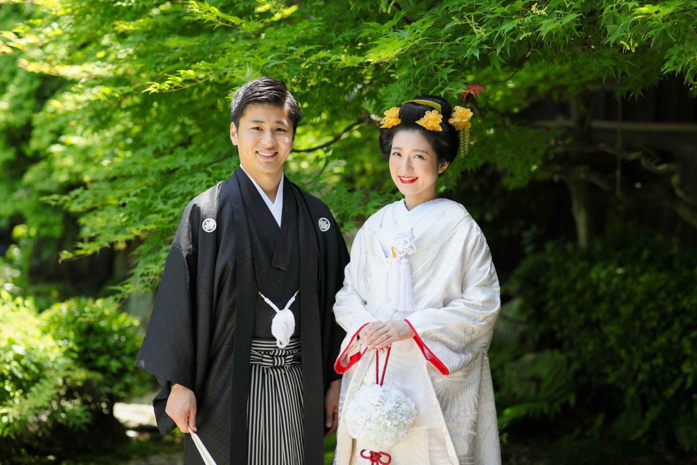 新緑をバックに新日本髪の花嫁様と新郎様