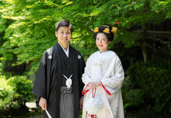 新緑の境内での結婚写真