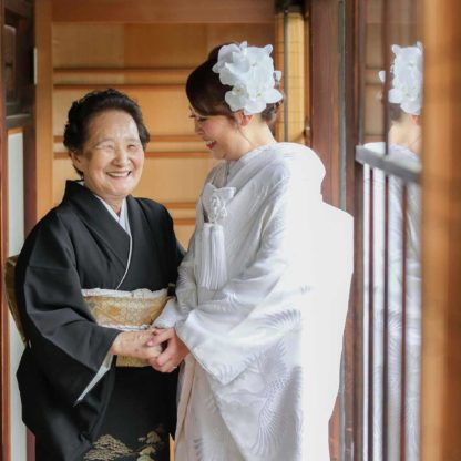 おばあちゃんと白無垢姿の花嫁様のお写真