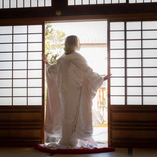 障子を開ける白無垢姿の花嫁様