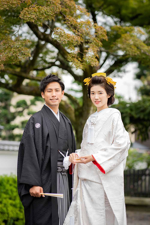 京都のお寺の境内での和装の新郎新婦様