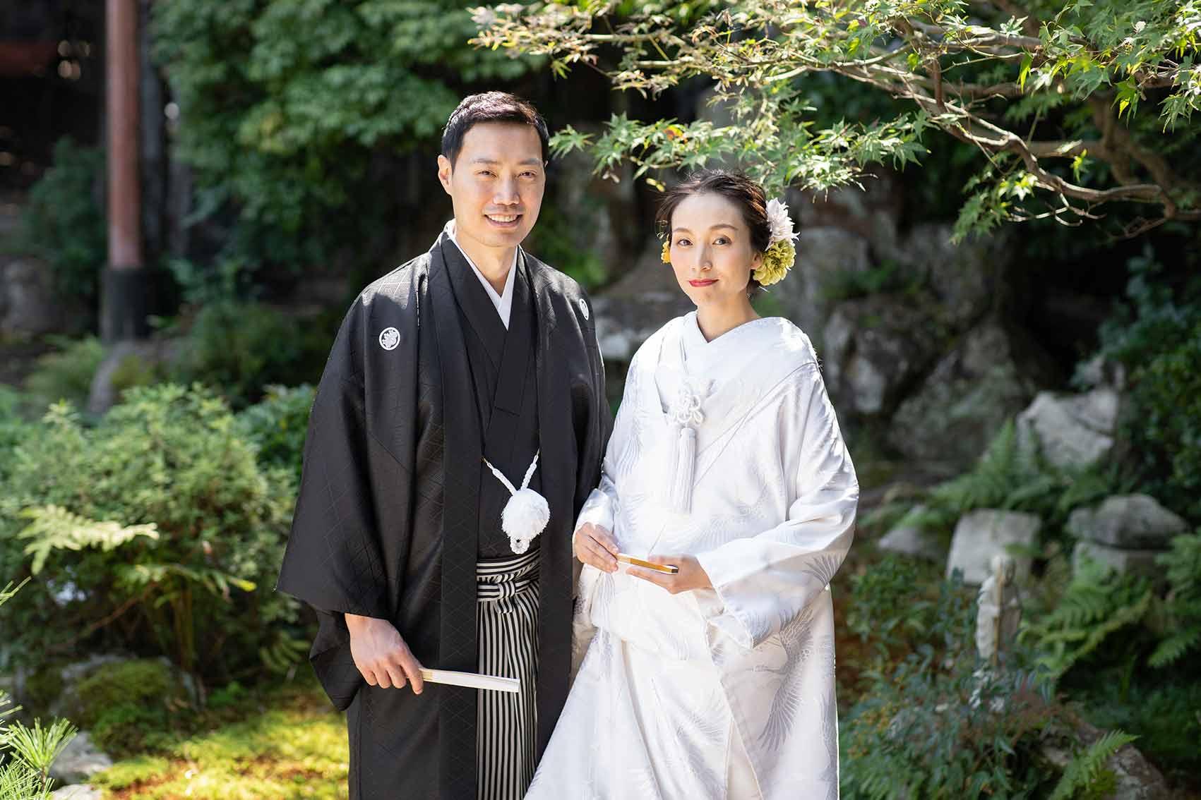 お庭での国際結婚カップルのお写真
