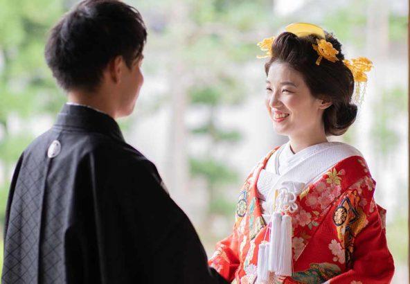 お寺の縁側をバックに笑顔の花嫁様