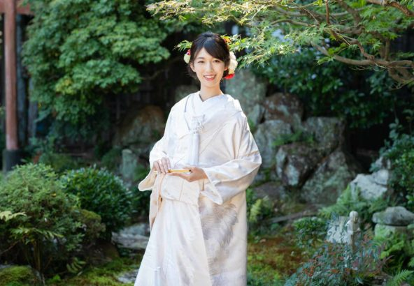 新緑をバックにした白無垢姿の花嫁