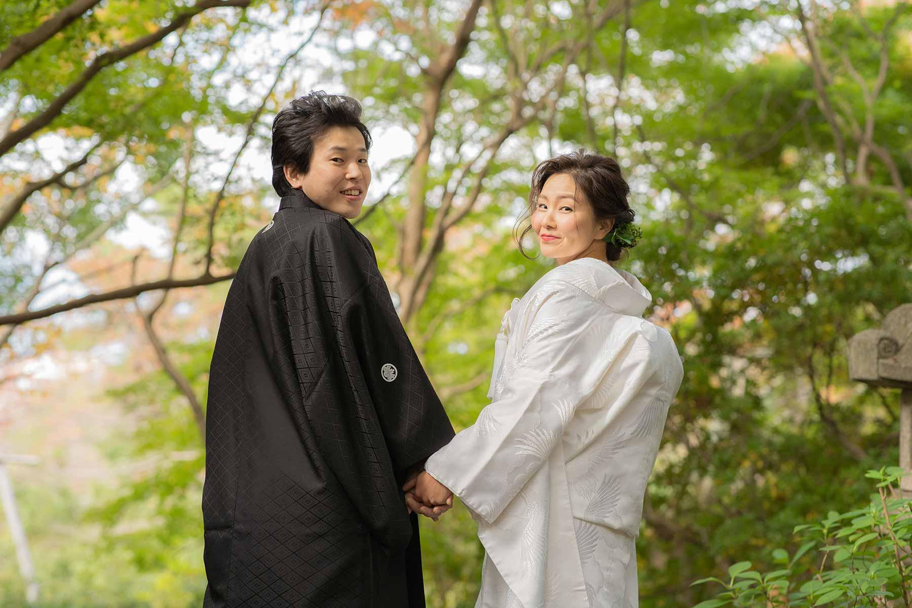 白無垢と羽織袴姿で手をつなぐ新郎新婦様