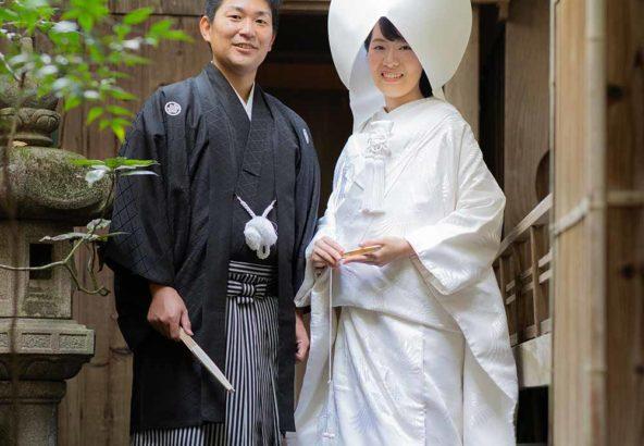 白無垢綿帽子姿の花嫁様と羽織袴の新郎様