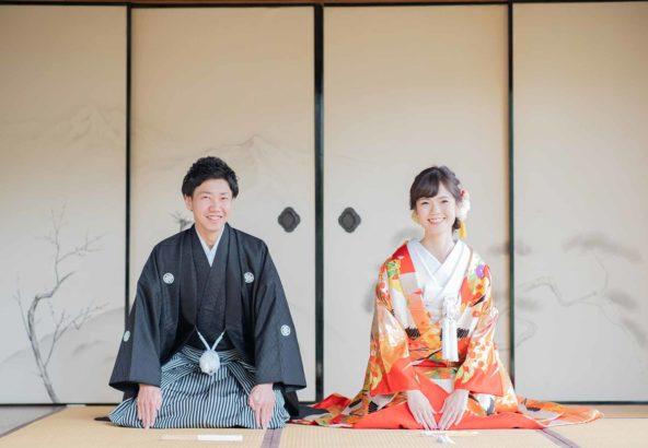 お寺の襖を背景に正座姿の新郎新婦様