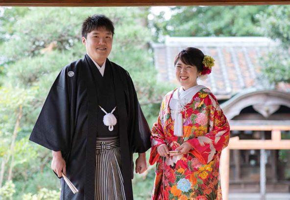 縁側での和装の結婚写真