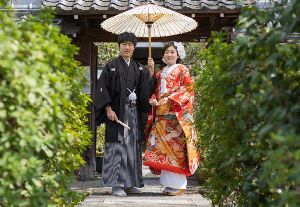 お寺の境内での和装前撮り写真