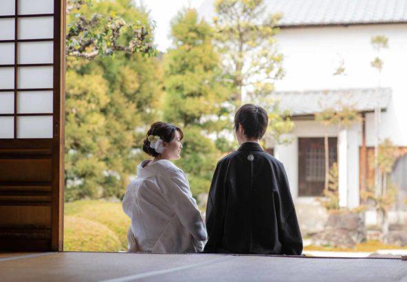 お寺のお庭での和装結婚写真の撮影風景