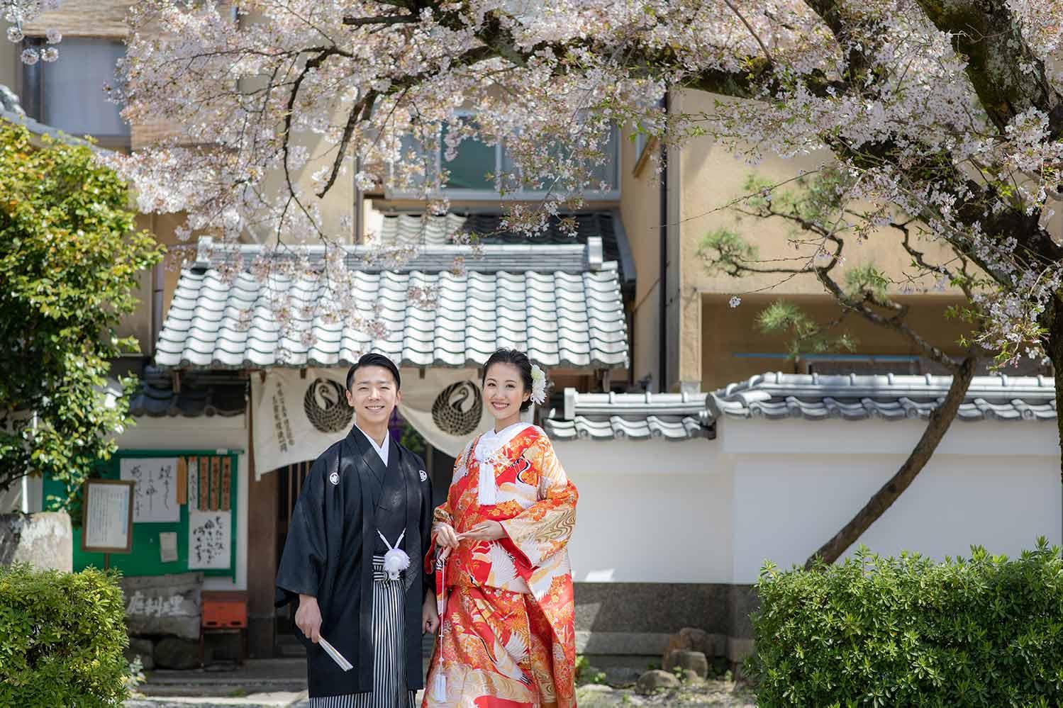 色打掛でのお寺での結婚写真