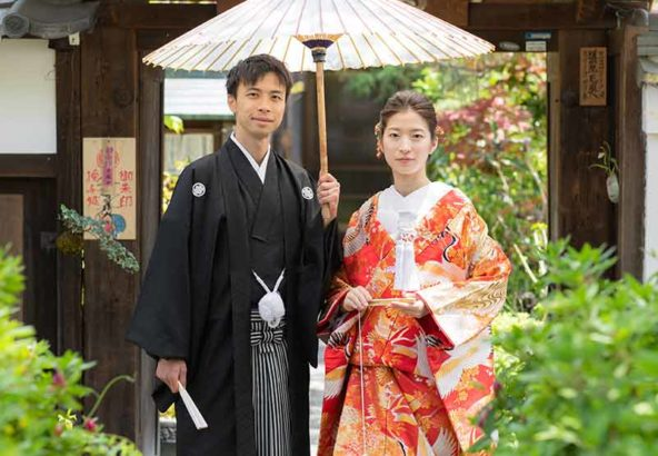 お寺の境内で番傘を持った和装写真