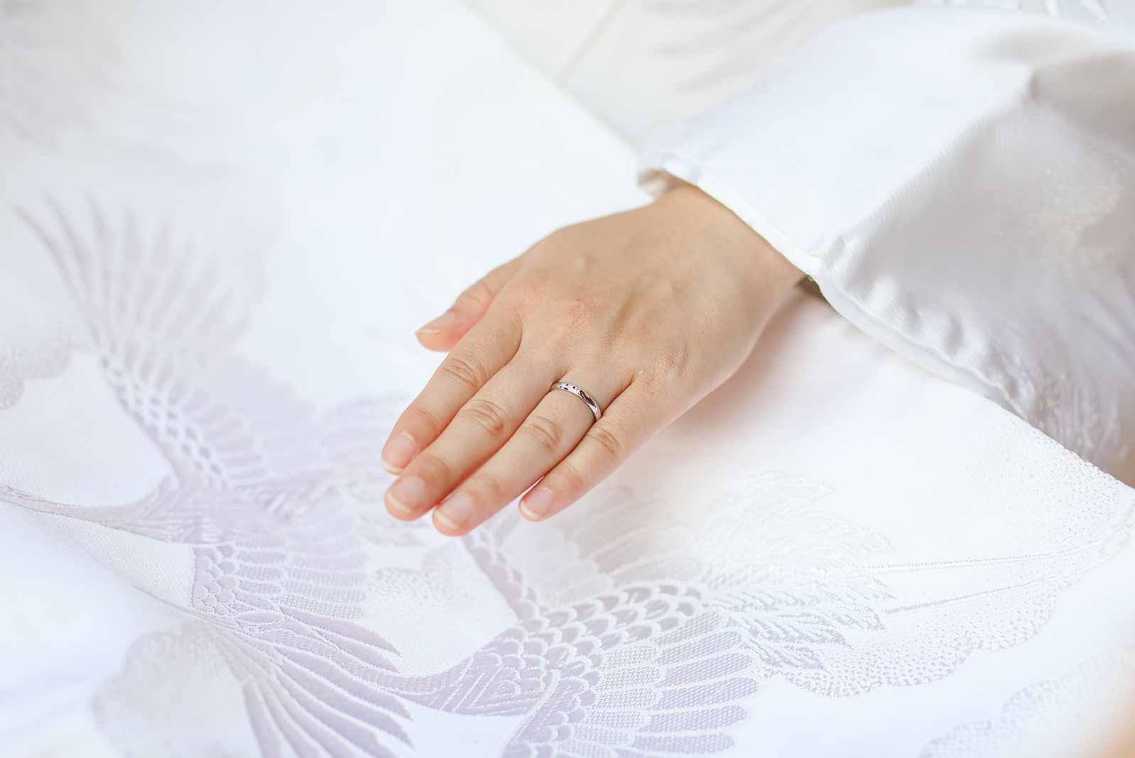 白無垢に指輪のお写真
