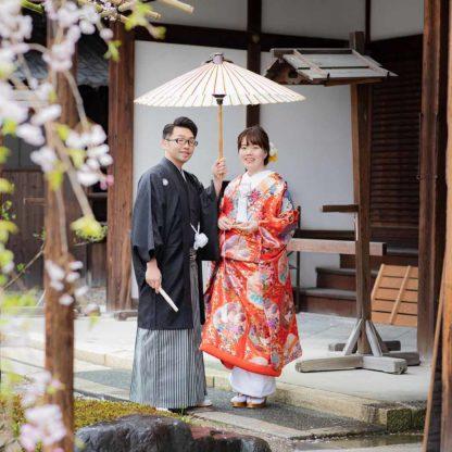 桜を背景にお寺での和装フォトウェディング写真