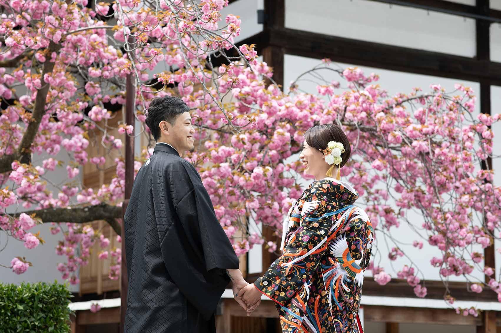 八重桜をバックにした結婚写真