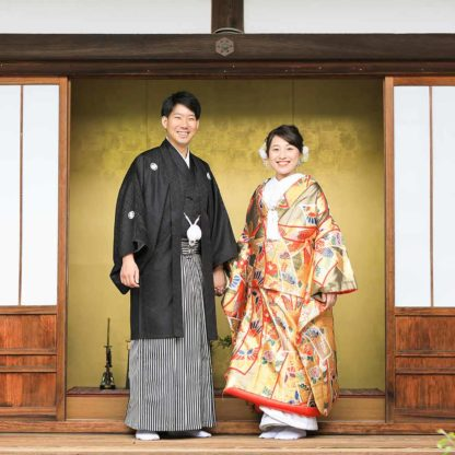 金色の色打掛の花嫁様と新郎様