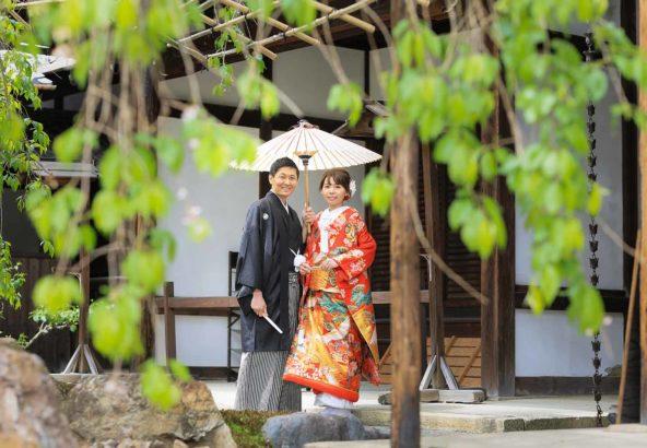 お寺の門前での結婚写真
