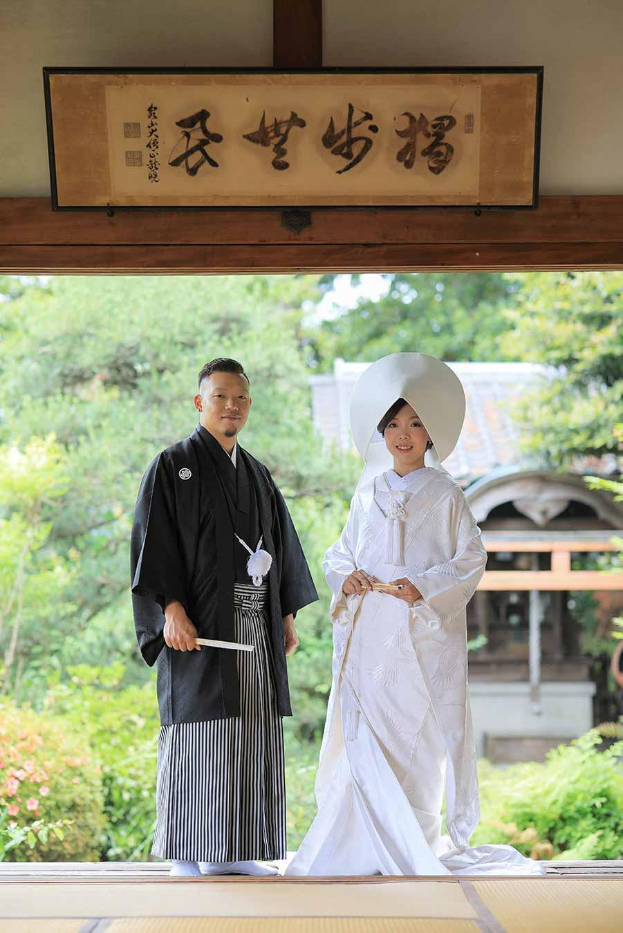 お寺の和室でお庭をバックに前撮りお写真