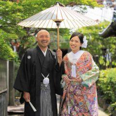 京都の新緑を背景にしたお寺での前撮り写真