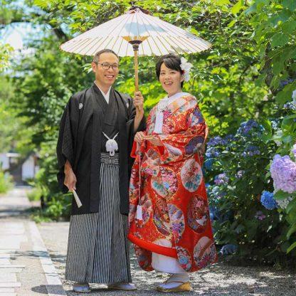 紫陽花の前での結婚写真