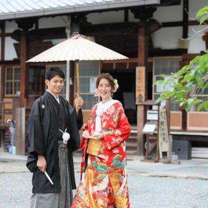 お寺の境内で番傘を使ったお写真