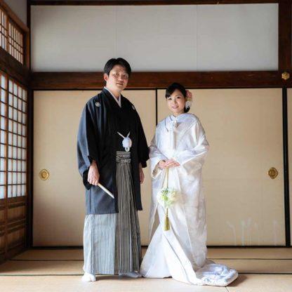 お寺の襖をバックにした結婚写真