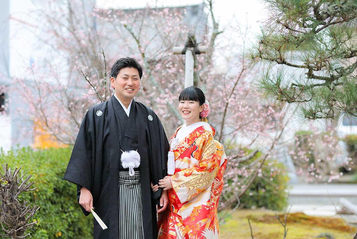 冬の京都で桜を背景に結婚写真