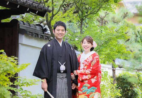 緑紅葉を背景に結婚写真