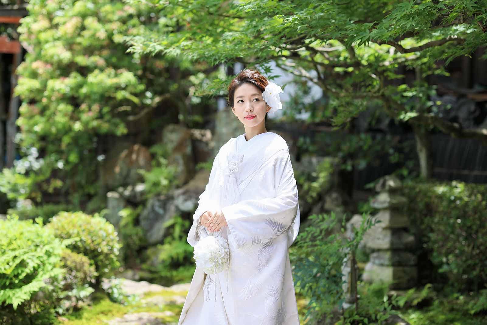 夏の新緑の和装白無垢写真.jpg
