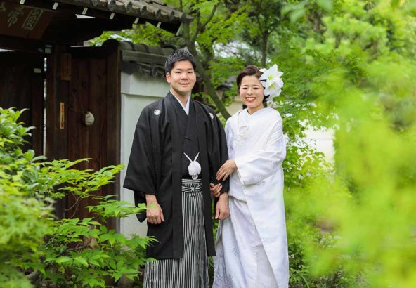 新緑をバックに白無垢と羽織袴姿のカップル様