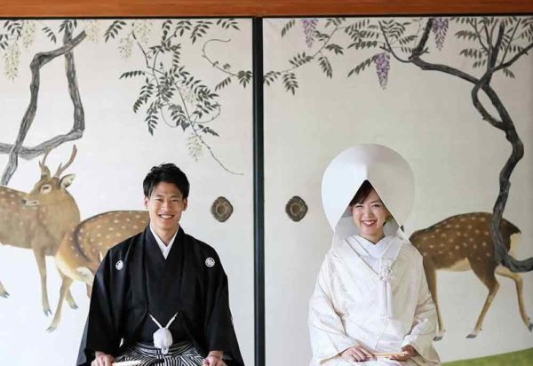 妙蓮寺様の襖絵前での和装写真