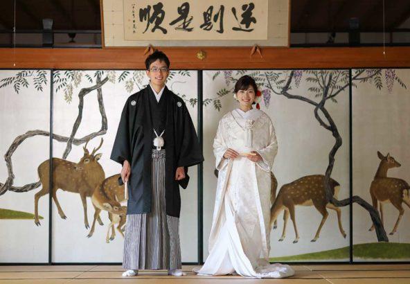 お寺の襖絵前での貴重な和装写真