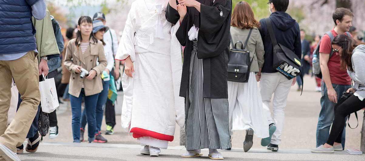 観光客の中での結婚写真