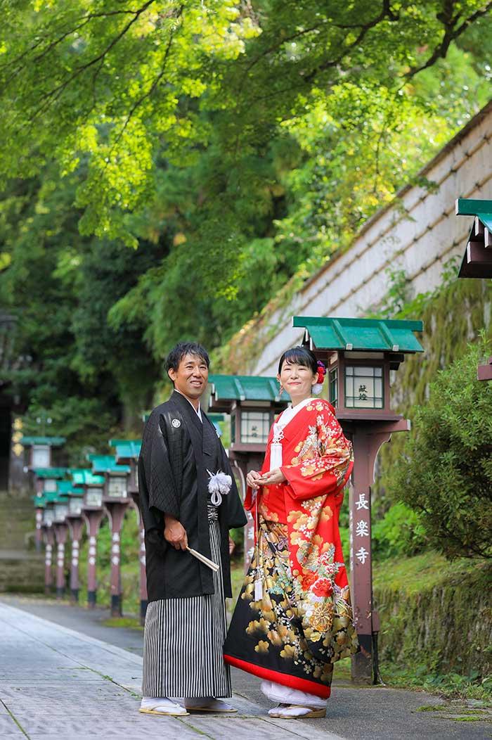 長楽寺参道での赤色打掛の結婚写真