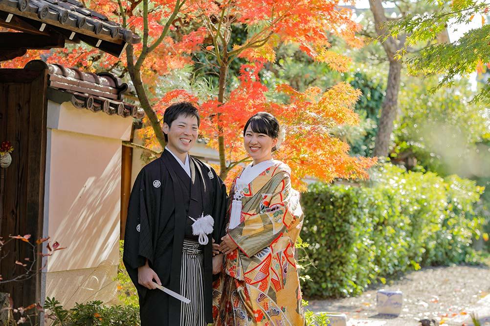 京都の紅葉の前での和装婚礼お写真