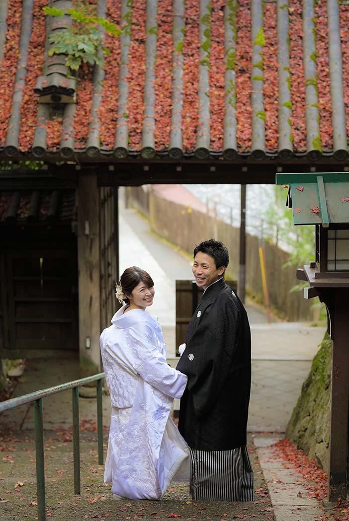 白無垢と羽織袴で振り返りの和装ショット