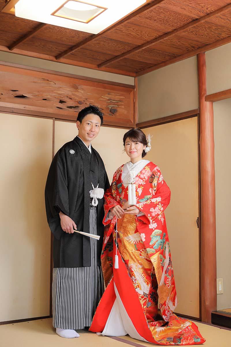 紅葉庵和室での色打掛と羽織袴で立ち姿のお写真