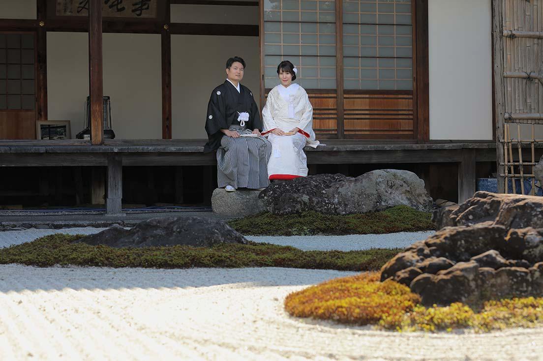 枯山水のお庭にて白無垢と羽織袴の新郎新婦様